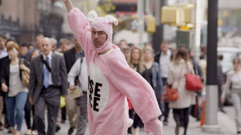 The Happy Show – Stefan Sagmeister als rosa Hase